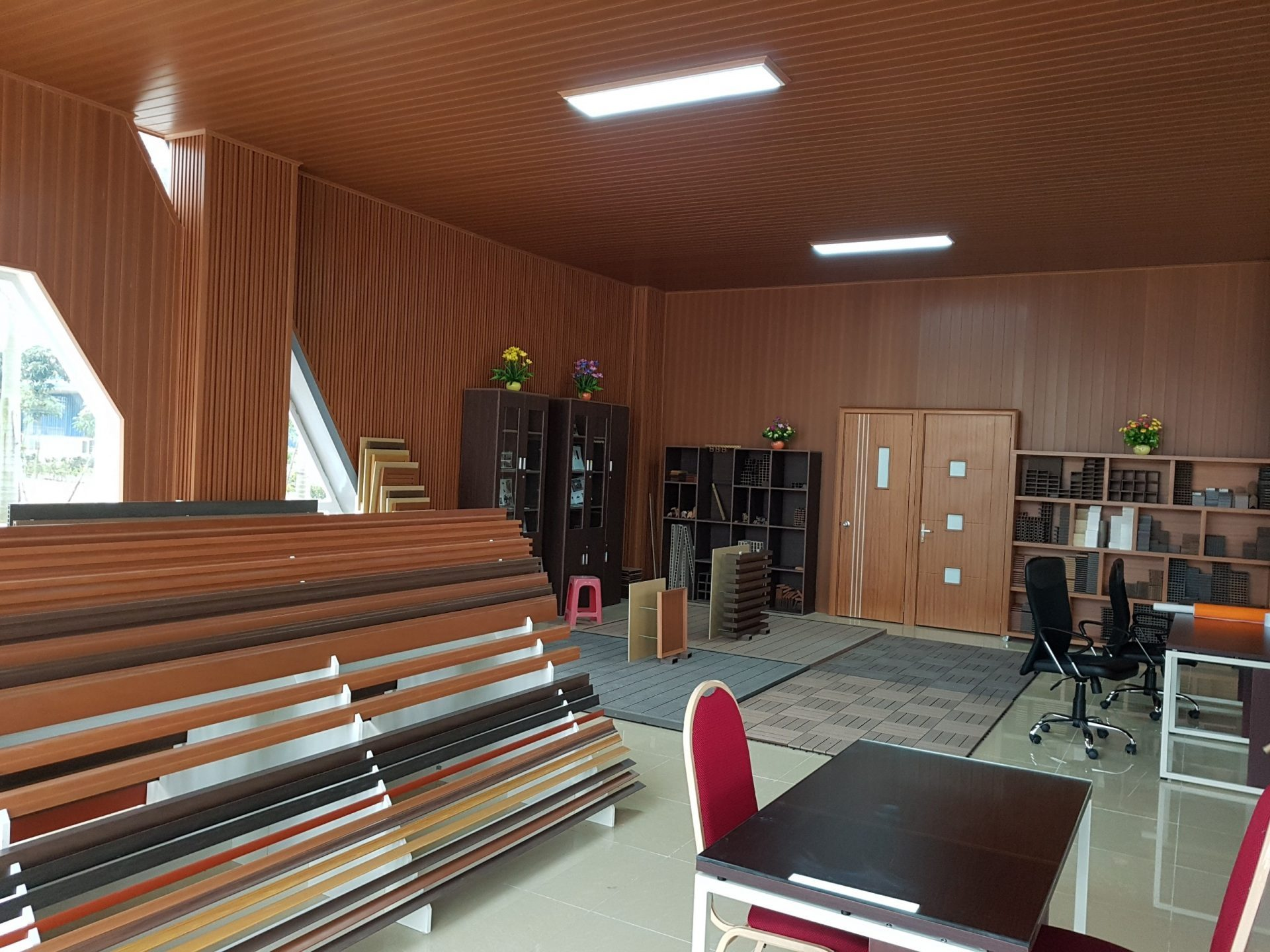 hinh anh showroom go nhua queen wood 1
